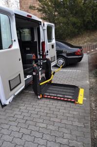 Zdvíhacia plošina auta pre imobilných občanov